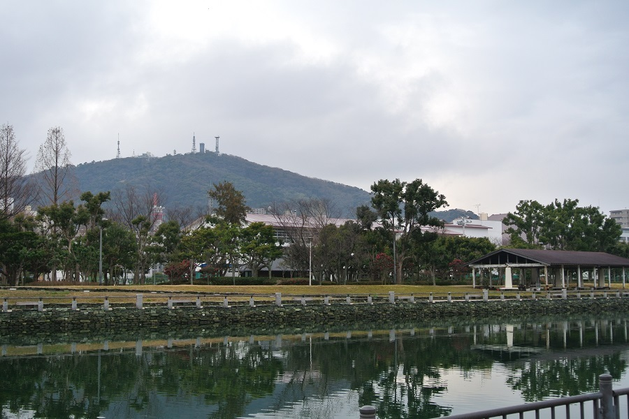 川岸から望む眉山